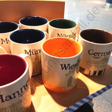 """Die blaue """"München""""-Tasse, die gelbe Wiesbadener, die rote Hannoveraner, die grüne Nürnberger – oder doch einfach die praktische Sammeltasse """"Germany"""" in BRAUN?!"""